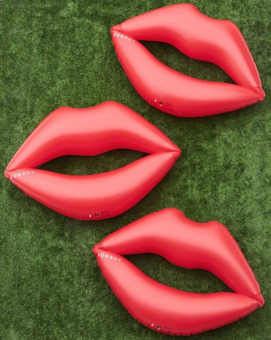 Inflatable lips pool float
