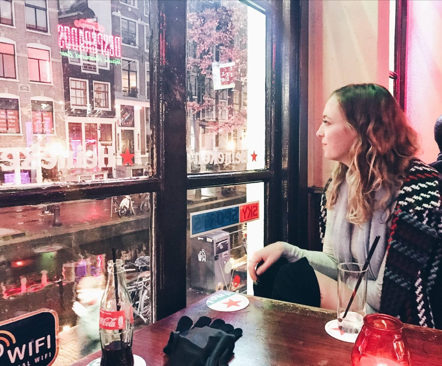 Can female tourists go to the red light district in Amsterdam?